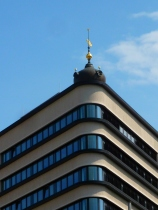 54_Trias-Haus (Perspektive, zusammen fotographiert mit der Spitze des Leipziger Rathausturms)
